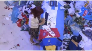 Vicepresidenta de la Nacion Cristina Kirchner sobre feretro de Diego Maradona