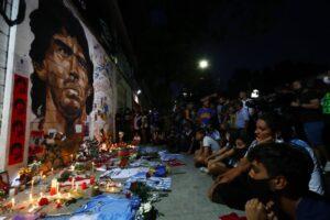 Santuario de Maradona. Multitud se inclina en reverancia a la imagen.